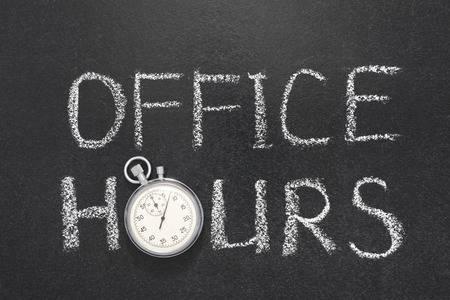 53222508-horario-de-oficina-frase-escrita-a-mano-en-la-pizarra-con-cronómetro-precisa-de-la-vendimia-usado-en-lu